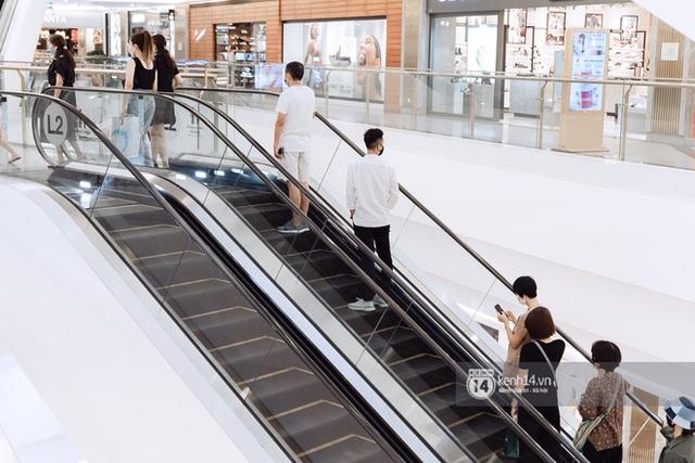 Trung tâm thương mại Sài Gòn ra sao giữa đợt dịch Covid-19 thứ 4: Nơi thì vắng hoe, chỗ vẫn thấy rất đông người check-in - Ảnh 34.