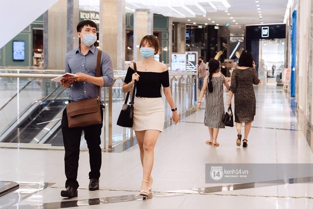 Trung tâm thương mại Sài Gòn ra sao giữa đợt dịch Covid-19 thứ 4: Nơi thì vắng hoe, chỗ vẫn thấy rất đông người check-in - Ảnh 36.