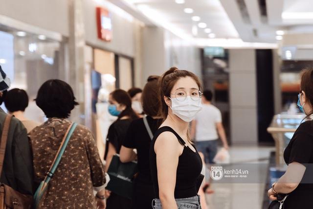 Trung tâm thương mại Sài Gòn ra sao giữa đợt dịch Covid-19 thứ 4: Nơi thì vắng hoe, chỗ vẫn thấy rất đông người check-in - Ảnh 38.