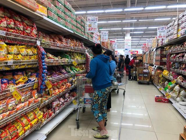 Chợ vắng hoe, khách đổ vào siêu thị mua thực phẩm cuối tuần - Ảnh 5.
