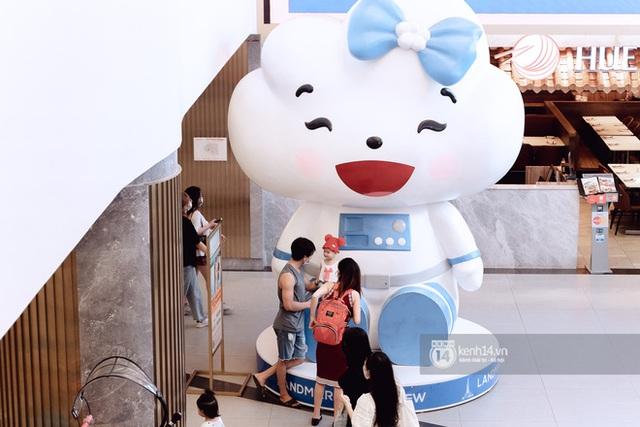 Trung tâm thương mại Sài Gòn ra sao giữa đợt dịch Covid-19 thứ 4: Nơi thì vắng hoe, chỗ vẫn thấy rất đông người check-in - Ảnh 42.