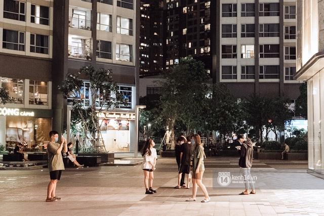 Trung tâm thương mại Sài Gòn ra sao giữa đợt dịch Covid-19 thứ 4: Nơi thì vắng hoe, chỗ vẫn thấy rất đông người check-in - Ảnh 44.