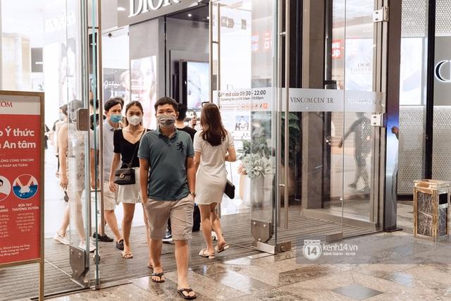 Trung tâm thương mại Sài Gòn ra sao giữa đợt dịch Covid-19 thứ 4: Nơi thì vắng hoe, chỗ vẫn thấy rất đông người check-in - Ảnh 45.