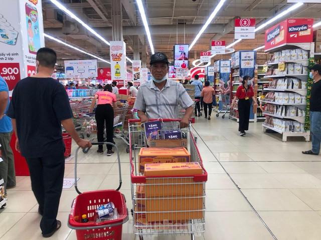 Chợ vắng hoe, khách đổ vào siêu thị mua thực phẩm cuối tuần - Ảnh 6.