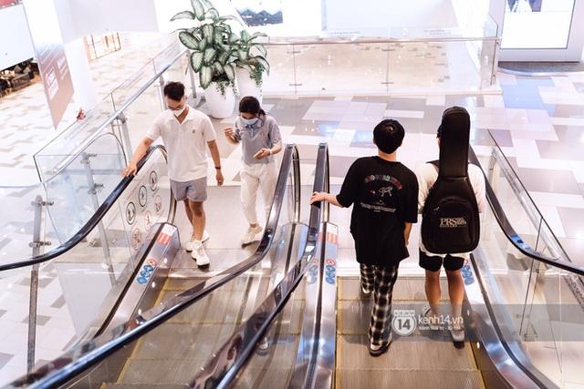 Trung tâm thương mại Sài Gòn ra sao giữa đợt dịch Covid-19 thứ 4: Nơi thì vắng hoe, chỗ vẫn thấy rất đông người check-in - Ảnh 7.
