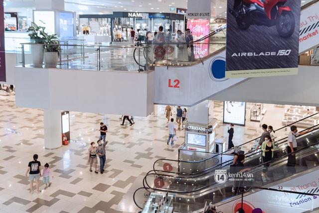Trung tâm thương mại Sài Gòn ra sao giữa đợt dịch Covid-19 thứ 4: Nơi thì vắng hoe, chỗ vẫn thấy rất đông người check-in - Ảnh 8.