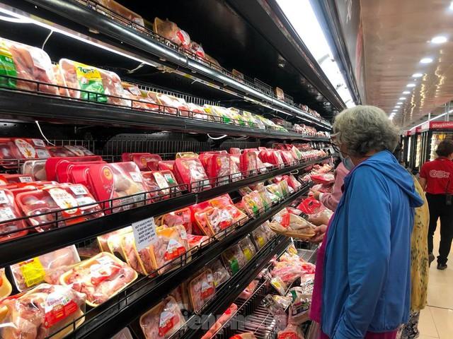 Chợ vắng hoe, khách đổ vào siêu thị mua thực phẩm cuối tuần - Ảnh 8.