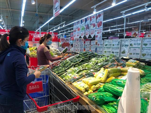 Chợ vắng hoe, khách đổ vào siêu thị mua thực phẩm cuối tuần - Ảnh 9.