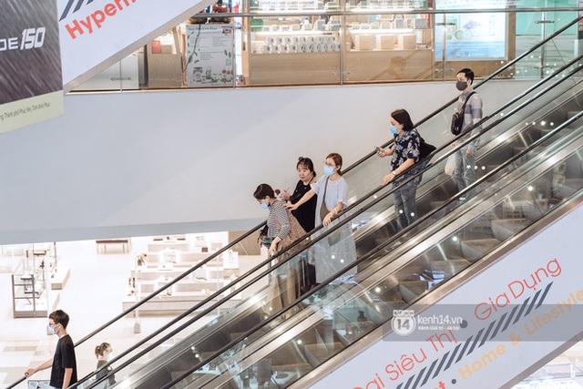 Trung tâm thương mại Sài Gòn ra sao giữa đợt dịch Covid-19 thứ 4: Nơi thì vắng hoe, chỗ vẫn thấy rất đông người check-in - Ảnh 10.