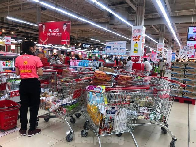 Chợ vắng hoe, khách đổ vào siêu thị mua thực phẩm cuối tuần - Ảnh 10.