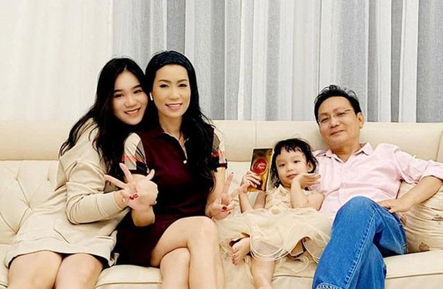 Á hậu kín tiếng dính lùm xùm với bà Phương Hằng - vợ ông Dũng Lò Vôi: 59 tuổi vẫn tốt nghiệp đại học, gây ngạc nhiên vì cách dạy con - Ảnh 2.