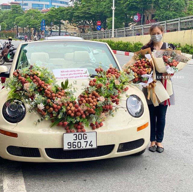 Tưởng đùa hóa ra bán thật: Vải thiều kết thành bó hoa, giá cả triệu đồng, phải đặt trước mới có - Ảnh 1.