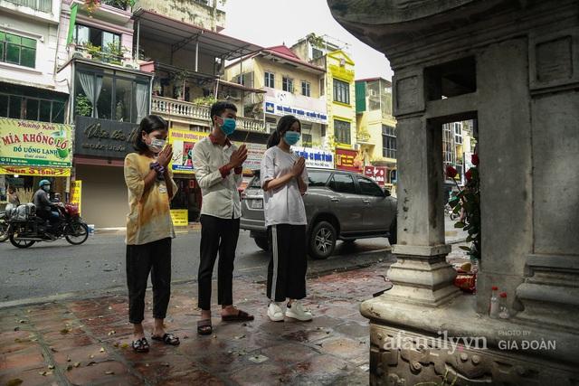 Sĩ tử Hà Nội cùng phụ huynh đội mưa đi lễ cầu may trước ngày thi vào lớp 10 - Ảnh 12.