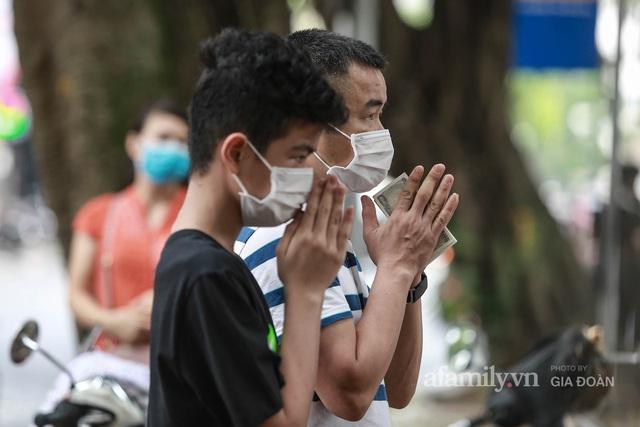Sĩ tử Hà Nội cùng phụ huynh đội mưa đi lễ cầu may trước ngày thi vào lớp 10 - Ảnh 18.