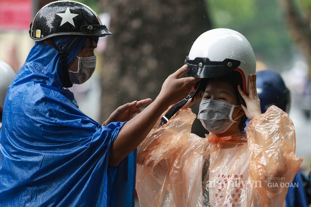 Sĩ tử Hà Nội cùng phụ huynh đội mưa đi lễ cầu may trước ngày thi vào lớp 10 - Ảnh 4.