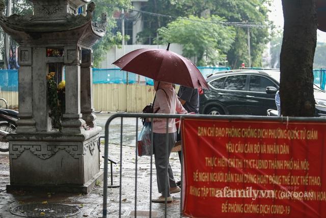 Sĩ tử Hà Nội cùng phụ huynh đội mưa đi lễ cầu may trước ngày thi vào lớp 10 - Ảnh 5.