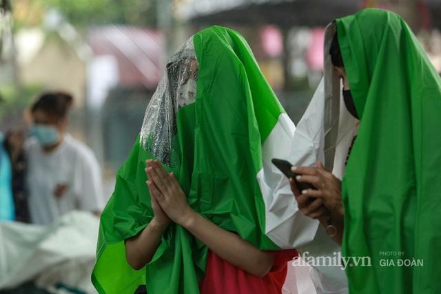 Sĩ tử Hà Nội cùng phụ huynh đội mưa đi lễ cầu may trước ngày thi vào lớp 10 - Ảnh 6.