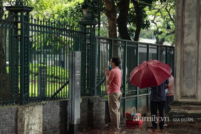 Sĩ tử Hà Nội cùng phụ huynh đội mưa đi lễ cầu may trước ngày thi vào lớp 10 - Ảnh 7.