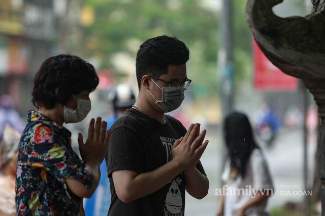 Sĩ tử Hà Nội cùng phụ huynh đội mưa đi lễ cầu may trước ngày thi vào lớp 10 - Ảnh 8.
