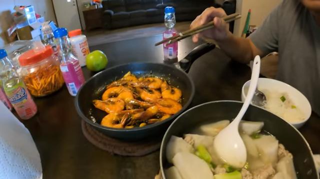 Triệu phú gốc Việt Vương Phạm: Tiền nhiều cũng chỉ ăn 3 bữa/ngày, ngủ giường 2m, nhà có mái che trên đầu là được - Ảnh 1.