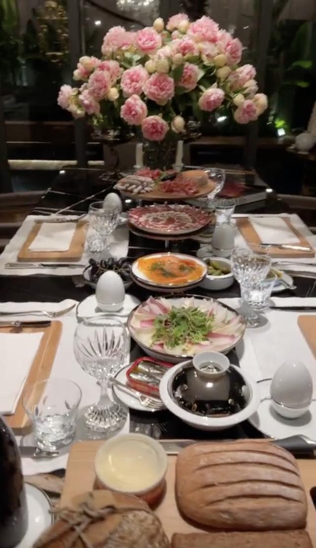 Sau khi bị hàng xóm bóc phốt xạo nổ, Thái Công tiếp tục bị dân mạng soi bày biện bữa tối kiểu Đức xa hoa đến... phi thực tế? - Ảnh 8.