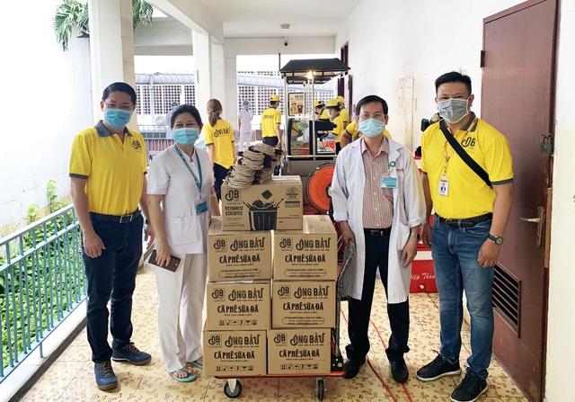 Cà phê Ông Bầu mang cả quầy nước đến các bệnh viện tuyến đầu nhằm tiếp thêm năng lượng cho y bác sỹ chống dịch - Ảnh 1.
