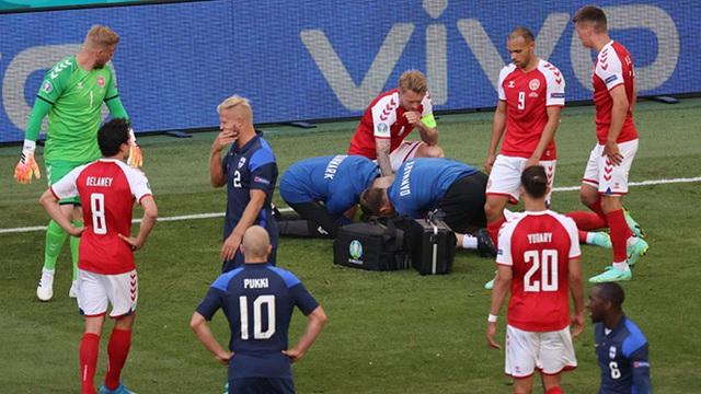 SỐC: Christian Eriksen bỗng dưng ngã gục, phải hô hấp tim ngay trên sân - Ảnh 2.