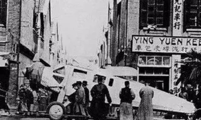 """Ảnh cũ về nhà Thanh: Chính quyền mua chiếc máy bay đầu tiên, người dân hiếu kỳ kéo nhau ra xem """"con vật khổng lồ"""" - Ảnh 3."""