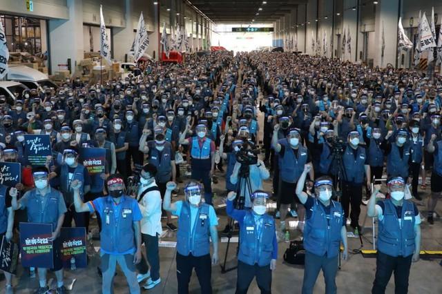 Hàng nghìn shipper Hàn Quốc nổi giận, đình công vô thời hạn, hàng hóa tắc nghẽn trên mọi nhà kho - Ảnh 1.