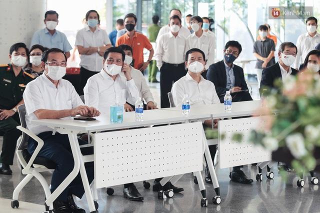 Cận cảnh 500 nhân viên khởi đầu cho chiến dịch tiêm chủng vaccine Covid-19 lớn nhất lịch sử tại TP.HCM - Ảnh 2.
