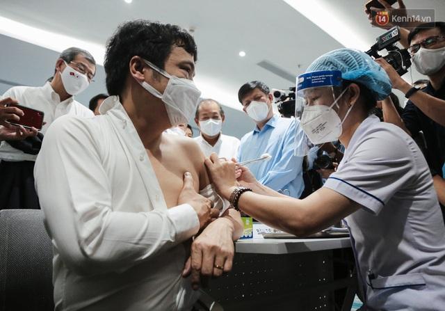Cận cảnh 500 nhân viên khởi đầu cho chiến dịch tiêm chủng vaccine Covid-19 lớn nhất lịch sử tại TP.HCM - Ảnh 9.