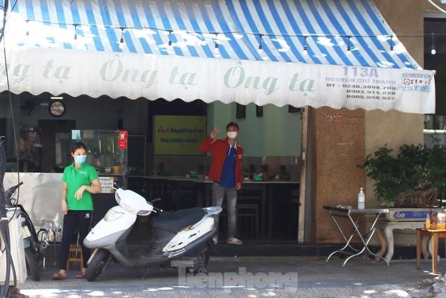 Xót xa hàng quán Đà Nẵng lại treo biển bán mang về sau 11 ngày mở cửa trở lại - Ảnh 1.