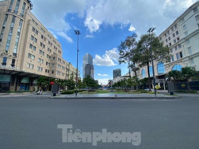 TPHCM khác lạ trong ngày đầu cấm giao thông công cộng  - Ảnh 11.