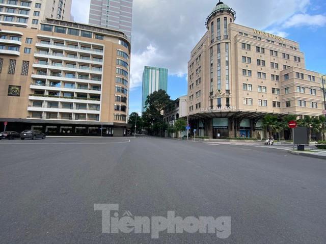 TPHCM khác lạ trong ngày đầu cấm giao thông công cộng  - Ảnh 10.
