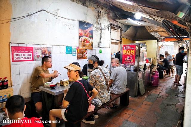 Hà Nội hôm nay mở lại hàng ăn, có quán Phở đông đến mức tạm dừng nhận khách nhưng có nơi cửa đóng chặt vì lý do bất ngờ  - Ảnh 2.