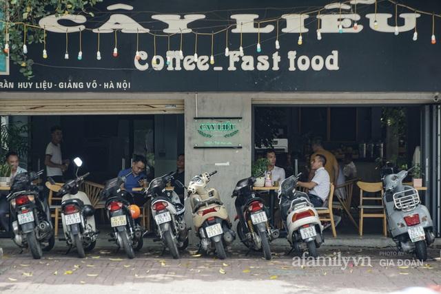 Dân công sở tranh thủ nghỉ trưa hẹn hò cà phê trong ngày đầu Hà Nội nới lỏng, quán vắng người thưa đỡ lo dịch - Ảnh 1.