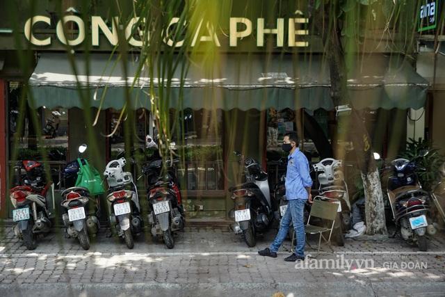 Dân công sở tranh thủ nghỉ trưa hẹn hò cà phê trong ngày đầu Hà Nội nới lỏng, quán vắng người thưa đỡ lo dịch - Ảnh 2.