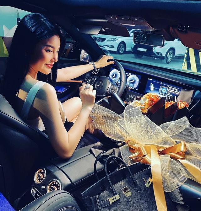 LiLy Chen - mỹ nhân bị đồn yêu cùng 1 tỷ phú với Ngọc Trinh: Tuổi thơ cơ cực sống bằng tiền từ thiện, nay sở hữu tài sản hàng chục tỷ đồng  - Ảnh 14.