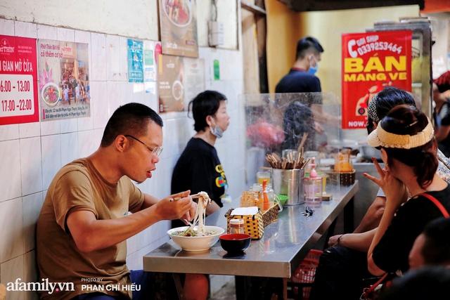 Hà Nội hôm nay mở lại hàng ăn, có quán Phở đông đến mức tạm dừng nhận khách nhưng có nơi cửa đóng chặt vì lý do bất ngờ  - Ảnh 3.