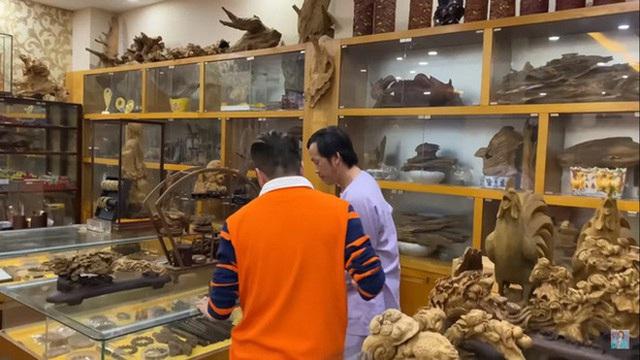 Giữa ồn ào, NS Hoài Linh bị soi lại BST trầm hương trăm tỷ ở phòng riêng, đặc biệt có cả loại gỗ quý hiếm nhất Việt Nam - Ảnh 4.