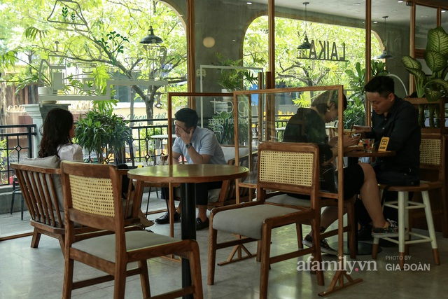 Dân công sở tranh thủ nghỉ trưa hẹn hò cà phê trong ngày đầu Hà Nội nới lỏng, quán vắng người thưa đỡ lo dịch - Ảnh 5.