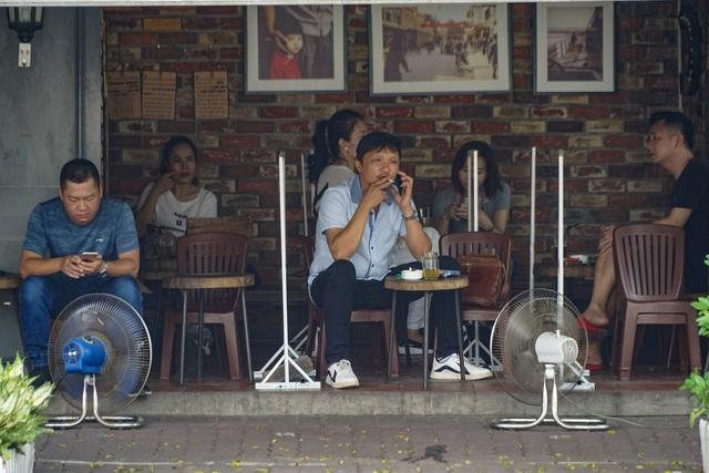 Dân công sở tranh thủ nghỉ trưa hẹn hò cà phê trong ngày đầu Hà Nội nới lỏng, quán vắng người thưa đỡ lo dịch - Ảnh 6.