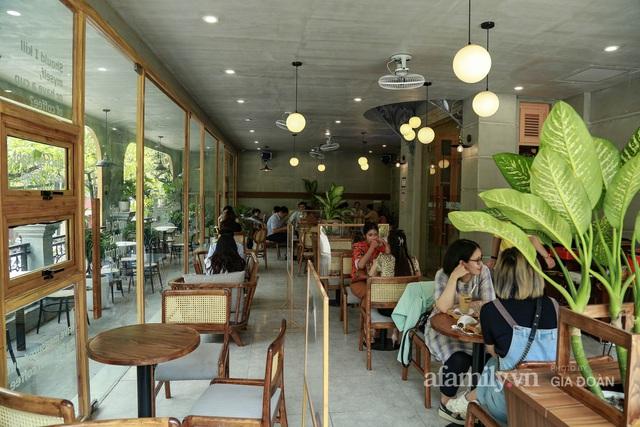 Dân công sở tranh thủ nghỉ trưa hẹn hò cà phê trong ngày đầu Hà Nội nới lỏng, quán vắng người thưa đỡ lo dịch - Ảnh 7.