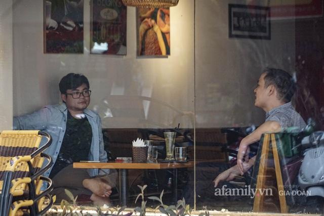 Dân công sở tranh thủ nghỉ trưa hẹn hò cà phê trong ngày đầu Hà Nội nới lỏng, quán vắng người thưa đỡ lo dịch - Ảnh 8.
