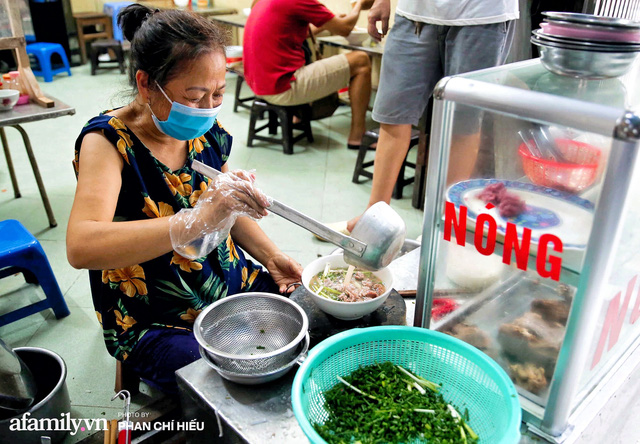 Hà Nội hôm nay mở lại hàng ăn, có quán Phở đông đến mức tạm dừng nhận khách nhưng có nơi cửa đóng chặt vì lý do bất ngờ  - Ảnh 9.