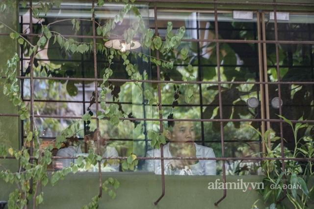 Dân công sở tranh thủ nghỉ trưa hẹn hò cà phê trong ngày đầu Hà Nội nới lỏng, quán vắng người thưa đỡ lo dịch - Ảnh 9.