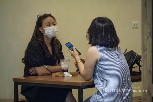Dân công sở tranh thủ nghỉ trưa hẹn hò cà phê trong ngày đầu Hà Nội nới lỏng, quán vắng người thưa đỡ lo dịch - Ảnh 10.