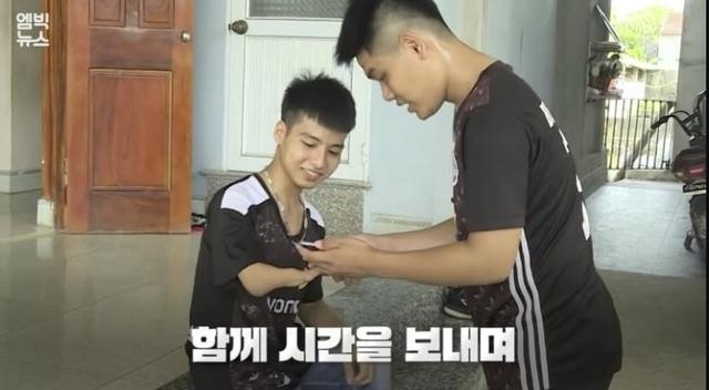 Đài truyền hình Hàn Quốc đưa tin về đôi bạn 10 năm cõng nhau đi học Nguyễn Tất Minh và Ngô Minh Hiếu - Ảnh 3.