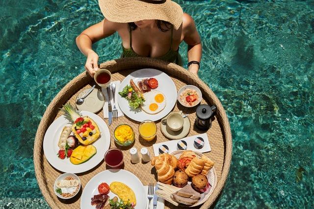 Sự thật sau những bữa sáng nổi bên hồ bơi: Trải nghiệm thật không như mơ, chỉ là chiêu trò quảng cáo của khách sạn - Ảnh 3.