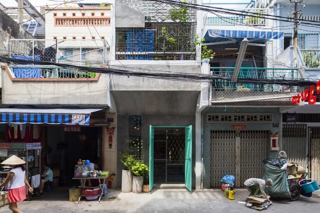 """Ngôi nhà """"nguỵ trang"""" độc đáo nhất Sài Gòn, bên ngoài xập xệ cũ nát nhưng bên trong lại là kiệt tác giữa lòng thành phố - Ảnh 2."""